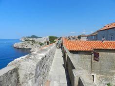 城壁に囲まれた城塞都市、ドゥブロヴニクでは、旧市街を取り囲む城壁の上を一周することができます。長さ約2キロメートルの城壁の散策路からは、素晴らしい眺望が待っています。