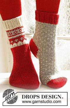"""Twinkle Toes – Knitted DROPS Christmas socks with pattern from """"Karisma"""". Size 22 – – Free oppskrift by DROPS Design Christmas Knitting Patterns, Knitting Patterns Free, Free Knitting, Knitting Socks, Crochet Patterns, Knit Socks, Knitting Needles, Knitted Socks Free Pattern, Stitch Patterns"""
