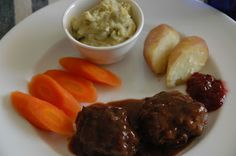 Kjøttkaker og grønn ertestuing. Oppskrift på kjøttkaker og brunsaus. [ganske enkelt]