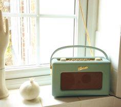 主人からのクリスマスプレゼント。これはイギリスで最も古いロバーツというラジオメーカー。クラシックだけどモダンな家にも合う。