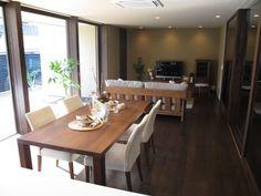 ダーク色の床にウォールナット無垢材の家具でコーディネートした実例です!