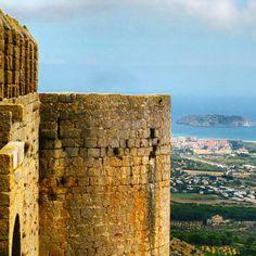 La Meda Gran i L'Estartit, vist des d'una de les torres del Castell de Montgrí