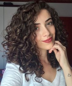 Hair styles Trendy hair cuts medium natural curls Wedding favors guide- How to Choose Fabulous W Medium Length Curls, Medium Curls, Medium Hair Cuts, Long Hair Cuts, Medium Hair Styles, Curly Hair Styles, Medium Curly Haircuts, Haircuts For Curly Hair, Natural Curl Hairstyles