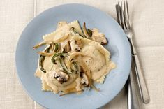 Serve up tasty cheese ravioli for four in just 15 minutes—using frozen pasta and a quick-to-make sauce with tomatoes, basil and shaved Parmesan. Yummy Pasta Recipes, Side Dish Recipes, Dinner Recipes, Sun Dried Tomato Sauce, Cheese Ravioli, Ravioli Recipe, Kraft Recipes, Recipe Details, Mets