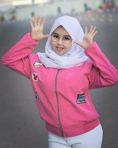 Muslim Girls, Muslim Women, Beautiful Hijab, Beautiful Asian Women, Quote Backgrounds, Background Quotes, Muslim Hijab, Hijab Chic, Hijab Fashion