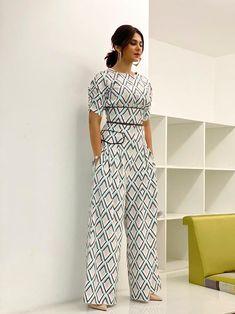 Kurti With Jeans, Jennifer Winget Beyhadh, Girl Fashion, Fashion Dresses, Do Bong Soon, Indian Tv Actress, Power Dressing, Beautiful Bollywood Actress, Indian Celebrities
