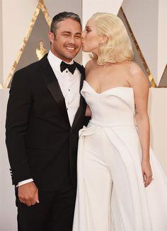 Alicia Vikander sceglie un abito giallo di Louis Vuitton e incanta il tappeto rosso del Dolby Theatre di Los Angeles. Ecco gli arrivi delle star all'88esima edizione degli Academy Awards
