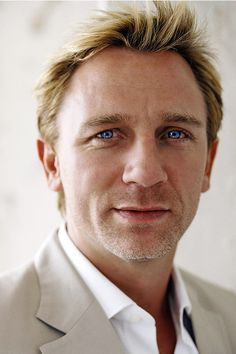 Daniel Craig.  Blue eyes to die for.