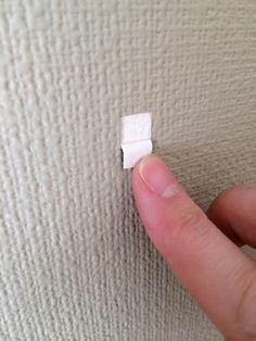 5. 穴を開ける場所の壁紙をこの様にはがしておくと現状回復できます。