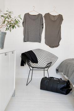 Via Alvhem Mäkleri | Bertoia Diamond Chair | Bedroom