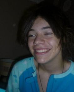 Harry Styles before One Direction. His hair is so sad. Harry Styles Fetus, Harry Styles Fofo, Harry Styles Cute, Harry Styles Pictures, Harry Edward Styles, Harry Styles Straight Hair, Young Harry Styles, Fetus One Direction, One Direction Memes