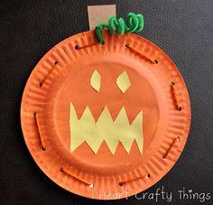 Paper Plate Pumpkin Faces with Lacing Practice // Calabaza con plato de papel y práctica de motricidad fina