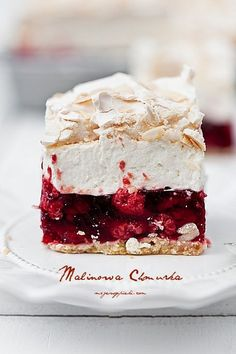 short pastry with raspberry jelly, vanilla cream cheese and almond meringue (Baking Sweet Recipes) No Bake Desserts, Just Desserts, Delicious Desserts, Yummy Food, Sweet Recipes, Cake Recipes, Dessert Recipes, Food Cakes, Cupcake Cakes