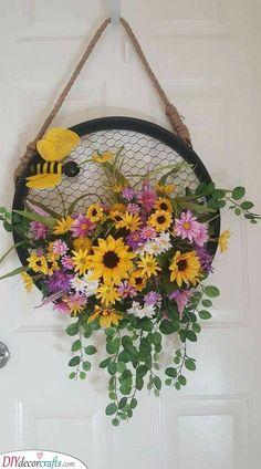Bumblebee Wreath – Summer Decoration Ideas - New Deko Sites Wreath Crafts, Diy Wreath, Wreath Ideas, Grapevine Wreath, Diy Crafts, Decoration St Valentin, Couronne Diy, Summer Decoration, Diy Spring Wreath