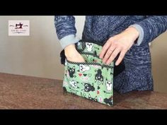(110) Conheça o Kit Organizador em Tecido da Corina Store - YouTube Sewing Patterns Free, Free Pattern, Sew Wallet, Clutch Pattern, Diy Bags Purses, Couture, Sewing Projects, Decorative Boxes, Pouch