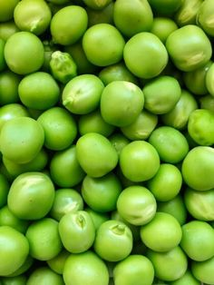 """Mit 200 g Erbsen könnt ihr schon die Hälfte des Tagesbedarfs an Vitamin C decken. Auch enthalten sie Antioxidantien wie Saponine und Anthocyane. Der Beitrag """"Der König und die Erbse"""" erschien zuerst auf """"Das Ernährungshandbuch"""". Mole Recipe, Salt Free Seasoning, Food Preparation, Holi, A Food, Food Processor Recipes, Spices, Lime, Herbs"""