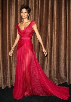 Halle Berry's dress is gorgeous!!!!