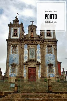De kerken en gebouwen in Porto zijn versierd met schitterende tegeltjes. Bekijk alle tips over een stedentrip Porto.