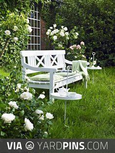 45 Best DIY Outdoor Bench Ideas for Seating in The Garden - garden landscaping Cozy Backyard, Garden Seating, Garden Benches, Outdoor Living, Outdoor Decor, Outdoor Lounge, Outdoor Seating, White Gardens, Garden Spaces