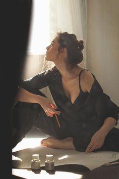 Elegant and Timeless: Photo - Portraitfotografie Artist Aesthetic, Aesthetic Girl, Kreative Portraits, Mode Ootd, Poses Photo, Insta Photo Ideas, Girl Photography, Portrait Photography Poses, Vintage Photography Women