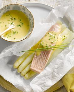 Zalm met asperges en hollandaisesaus Dutch Recipes, Great Recipes, Typical Dutch Food, I Want Food, Home Food, Fish Dishes, Fish And Seafood, Food And Drink, Veggies