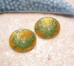 1 lot de 2 cabochons mm PEINT A LA MAIN /Cabochon vert miel or /cabochon rond verre loupe / scrapbooking : Cabochons, demi-perles par bleu-turquoise  #cabochon #pendentif #bretagne #belleile #couleur #handmade #faitmain #perles #perlerie #cabochon