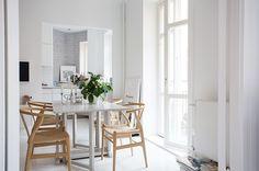 Prachtig wit decor waar de Wish-bone-chairs prachtig in uit komen!