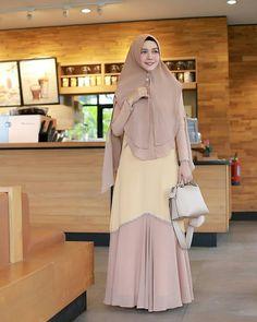 Image may contain: 1 person, standing Niqab Fashion, Modest Fashion Hijab, Fashion Dresses, Hijab Style Dress, Chic Dress, Islamic Fashion, Muslim Fashion, Simple Long Dress, Hijab Fashion Inspiration