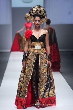 Anne Avantie Batik Kebaya, Batik Dress, Indonesian Kebaya, Jakarta Fashion Week, Model Kebaya, Thai Fashion, Korean Dress, Swag Outfits, Modern Fashion