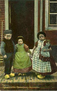 Groepsportret van drie kinderen in klederdracht bij de ingang van een huis te Spakenburg (gemeente Bunschoten). 1905-1910 D.J. de Boer #Utrecht #Spakenburg