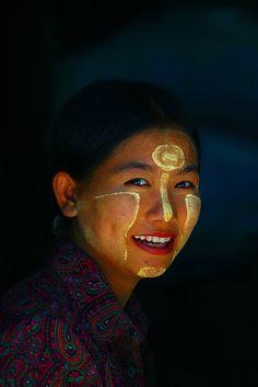 Myanmar traditional makeup - Thanakha smeared face Myanmar © Eric Lafforgue