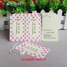 """IDEIA: Cortar várias etiquetas pequenas na cartolina e furar com o """"furador"""" de flor de scrapbook, e passar uma fita por dentro, então prender na roupa."""