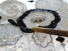 クロシェ・ド・リュネビルという特殊なかぎ針で制作した刺繍の作品例です。ペンで描くように刺繍ができ、普通のビーズ針を使うよりも素早く作業できるのが特徴です。たく... ハンドメイド、手作り、手仕事品の通販・販売・購入ならCreema。