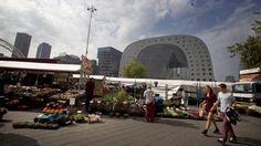 De Rotterdamse Markthal past goed in de trend van de laatste jaren, waarin ambachtelijkheid, streekproducten en biologisch voedsel gretig aftrek vinden. #markthal #goedeten #rotterdam #food #ambacht #streekproducten #pers