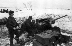 Soviet artillery preparing to open fire with a captured PaK 38 anti-tank guns. Battle of Moscow, December, 1941 #WWII