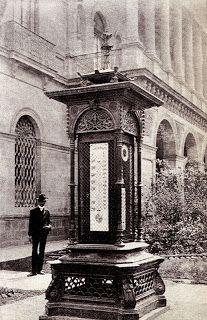 """Nos dice Casasola que """"..en el embellecimiento que hizo el ayuntamiento a la ciudad de México en el año de 1906, se instaló una estación meteorológica en la plaza de Guardiola, la que vino a llenar una necesidad pública, aparte de ser una obra de ornato"""". El pabellón fabricado por las fonderies du Val d'Osne, de Haute-Marne –Francia—(misma compañía que ejecutó las """"fontaines Wallace"""" que dotan de agua potable al viandante parisino y que fueron instaladas a partir de 1875), albergaba un…"""