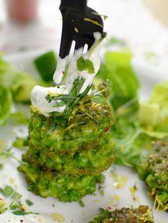 Erbsen-Puffer mit Minzjoghurt - Stilettos & Sprouts