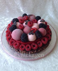 PynteKagen: Crunchy cake with raspberry mousse. More mousse on top together with fresh berries.