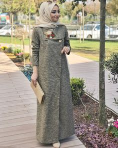 Today, Nurşen Aydın from day to day for the details and think that you spend the winter with a cap such as nobleness in the detail you love fainted ? Abaya Fashion, Modest Fashion, Fashion Dresses, Hijab Style Dress, Casual Hijab Outfit, Abaya Designs, Muslim Women Fashion, Womens Fashion, Abaya Mode