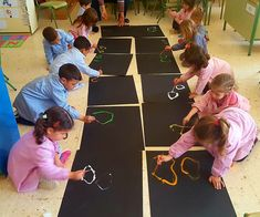 27 Educational activities - Aluno OnHa pretend to be caterpillars or snakes.Preschool Activities and MaterialsThis Pin was discovered by Ali Educational Activities For Preschoolers, Preschool Art, Toddler Activities, Preschool Activities, Kids Learning, Kandinsky, Messy Art, Herve, Collaborative Art