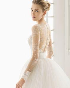 DUERO traje de novia corto de encaje rebrode pedreria y chantilly con cola y cinturon de chantilly y tul.