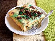 If there was ever a truly feel-good food, it simply has to be peppermint crisp tart. This fridge tart favourite is a South African classic, and I don't know a single fellow South African who… South African Desserts, South African Dishes, South African Recipes, Tart Recipes, Dessert Recipes, Cooking Recipes, Pastry Recipes, Pudding Recipes, Peppermint Crisp Tart
