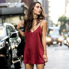 Look perfeito para o verão com slip dress + bota.