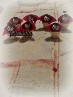 vasi dipinti a mano,pupazzi di neve creati a mano e dipinti,capello con bottoni neri e mantellina di feltro rossa