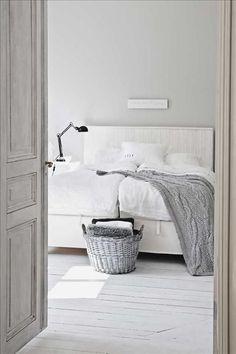 Även sovrumsgolvet har målats vitt. Sänggaveln har Pelle byggt själv av råspont. Skona Hem #bedroom I den vitmålade ko...