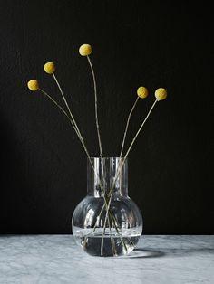 Vas från svenska Skruf Glasbruk i Småland. Alla produkter i sortimentet är munblåsta och tillverkade i glashyttan Skruv. Vasen Pallo är formgiven av Carina Seth Andersson.