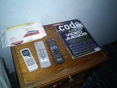 Día 25: En Mi Mesita De Noche (On My Bedside Table). #FMSPhotoADay Controles, revistas y toallitas.