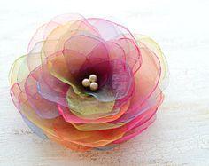 Broche fleur organza fait à la main, accessoire floral, broche fleur, fleur en tissu organza Fleur broche - fleur arc en ciel