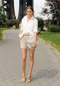 Camisa blanca + shorts beige
