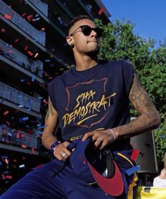 Neymar celebrates the sixth La Liga title in eight years, in the streets of Barcelona, on May Psg, Paris Saint Germain Fc, Dani Alves, Love You Babe, National Football Teams, Italian Girls, Best Player, Soccer Players, Fc Barcelona